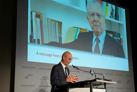 Pascal Lamy reads a message from Jacques Delors