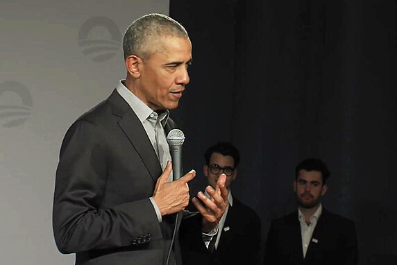 Barack Obama and Hertie School students Raúl Carbajosa Niehoff and Ilan Masson.